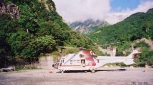猿倉のヘリコプター基地 背景は初冠雪した白馬岳