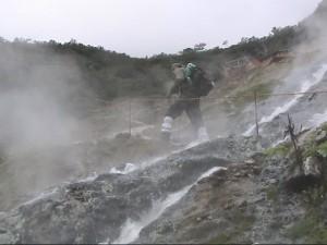 温泉の沢を登る