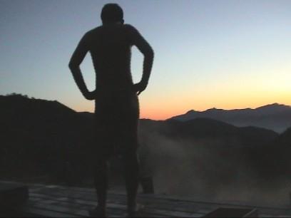 朝焼けに富士山が見える