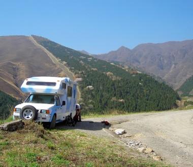 ロデオキャンパーを鍋山への林道に駐めている
