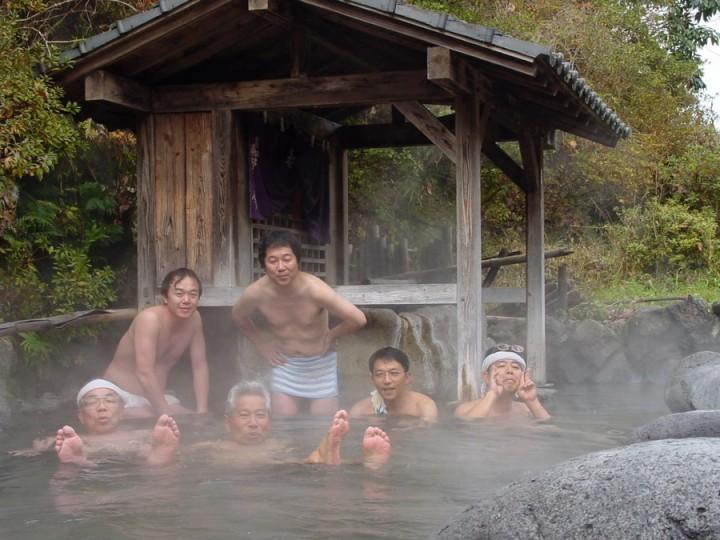 宝泉寺の露天の共同湯 熱いお湯が豊富に注がれています