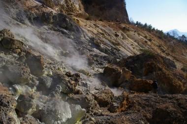 硫黄が噴いている山肌