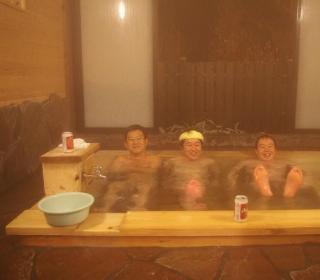 檜風呂でビールを飲みながら