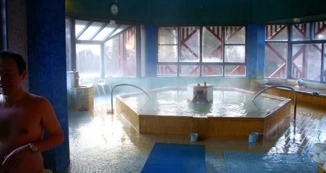 内湯は中央に大きな浴槽があります