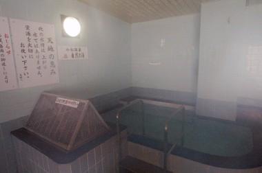 こちらの浴槽は源泉となっている、お湯の注ぎ口は頑丈なステンレスの金網でカバーがしてある