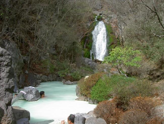 滝を見ながら乳白色の源泉のお湯に・・かなり冷たいのですがしばらくすると快感になります