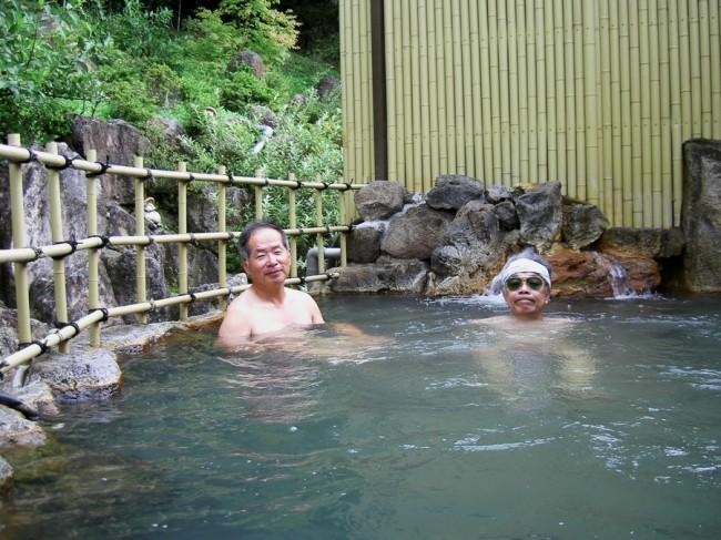 ちょっと濁った大きな露天風呂で
