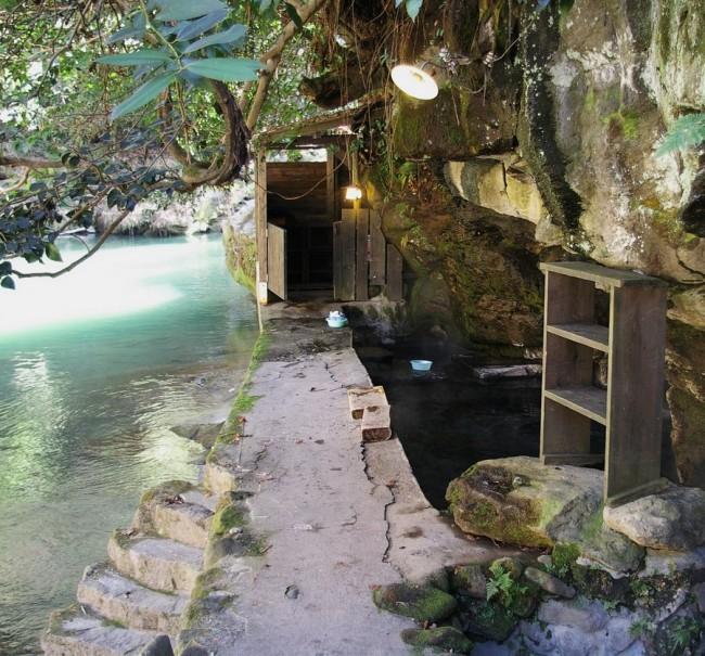 川の横に浴槽がある 脱衣棚が手前