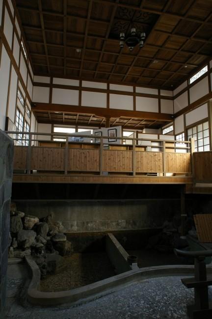 浜田温泉の旧建屋は道路の反対側に温泉資料館として保存されています