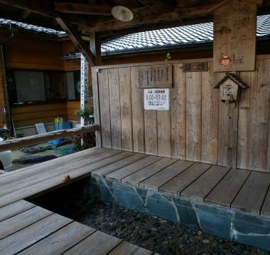 外には足湯もありましたが、営業時間が終わっていたので、お湯は抜いてあった