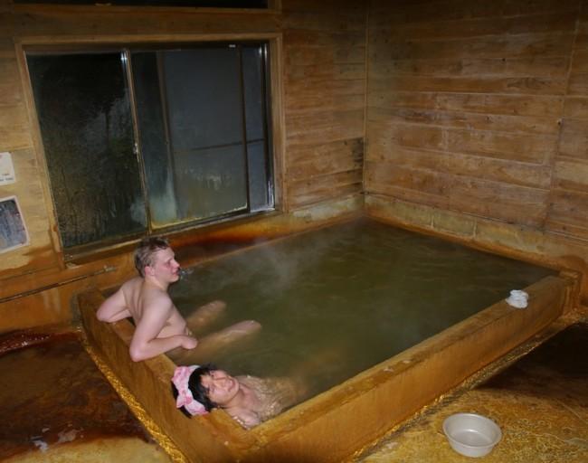 炭酸でコーティングされた質素な浴槽