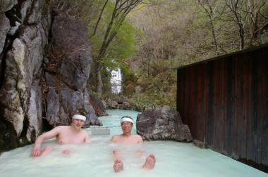 AGAと滝を背景に、初夏からはこの冷泉が気持ちよい