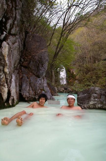 滝が見える冷たい露天風呂