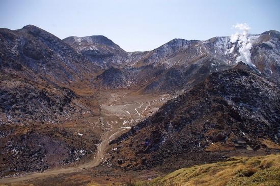 西峰へ登る途中振り返ると北千里と硫黄山の噴煙が見えます