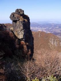 本峰から南峰への下り