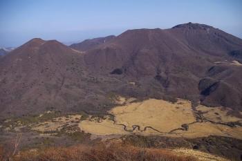 左が平治岳、右が大船山、下にはボウガツル湿原