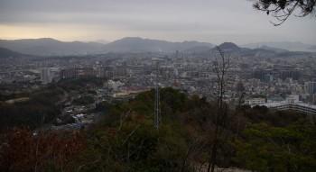 8:02 市内の東側の眺望が開ける