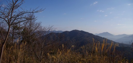 8:30 松笠山頂上から二ヶ城山を望む