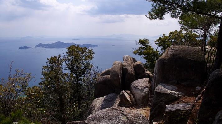岩船山から阿多田島を望む