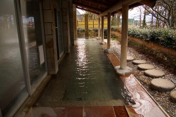 細長い露天風呂が建物に沿ってある