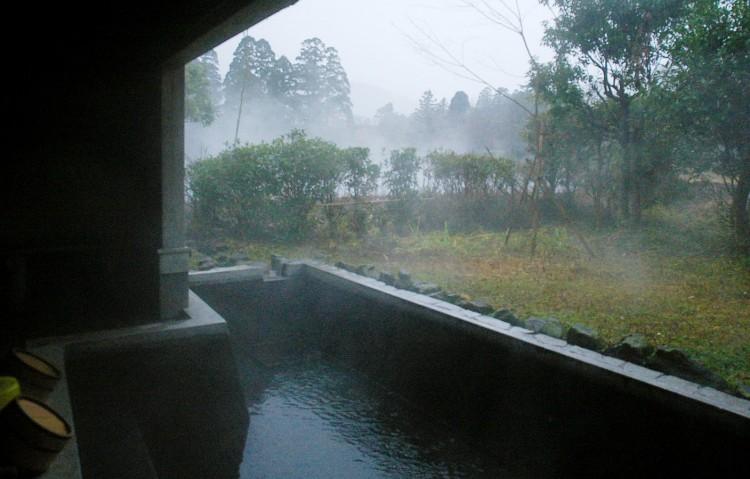 露天風呂から雨に煙る金鱗湖を望む