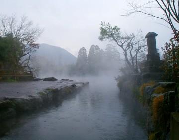雨に煙って湯気が上がる金鱗湖