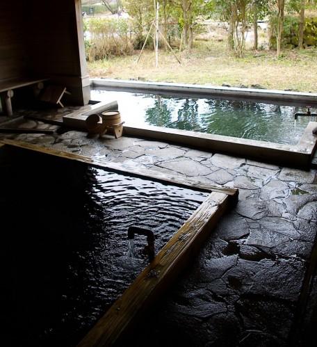 浴槽は二つ・・・外には銀鱗湖が