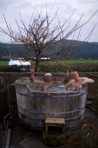 樽の露天風呂 背景は霧島連峰