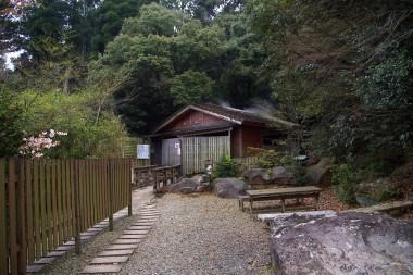 遊歩道の途中にサウナ小屋があります
