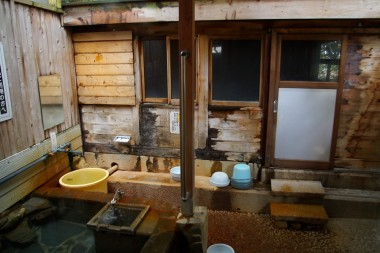 サウナ小屋の前には水風呂があります