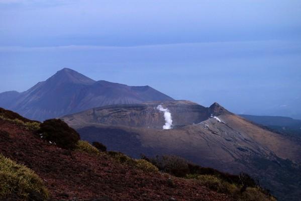 噴煙を上げる新燃岳の先には高千穂峰が見えます