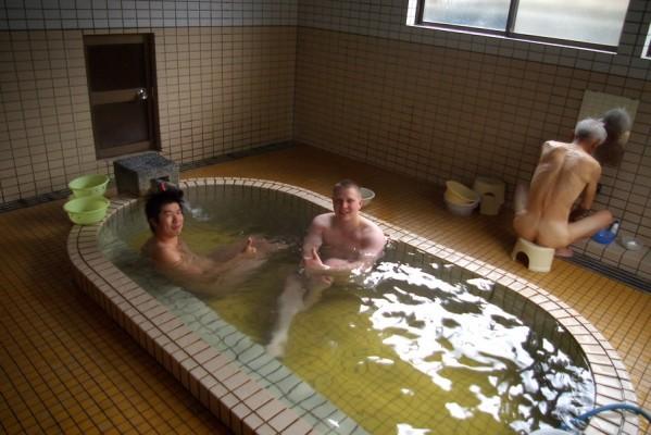 区営鰻温泉は楕円形のタイル張りの浴槽が中央に