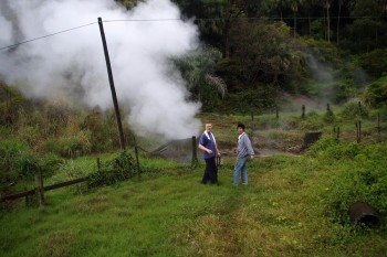 鰻集落の高台には蒸気が吹き上がっています