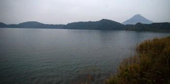 雨で煙る池田湖の向こうには開聞岳