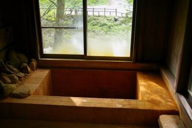 湯元山荘の中の浴槽にはお湯が入っていません