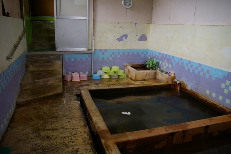 地元の素朴な共同湯
