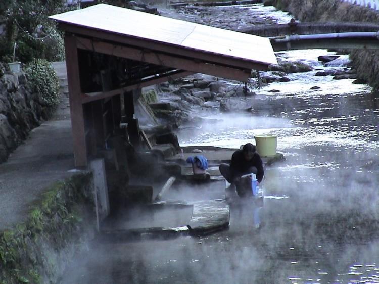 満願寺川にある洗濯場の湯