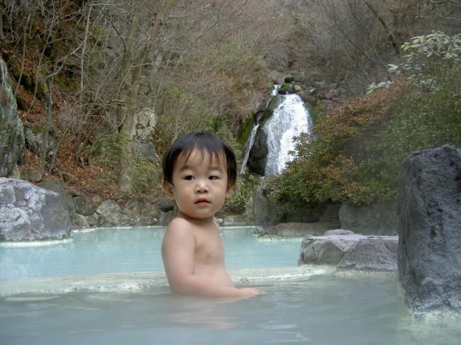 孫のヒデと冷泉の露天風呂