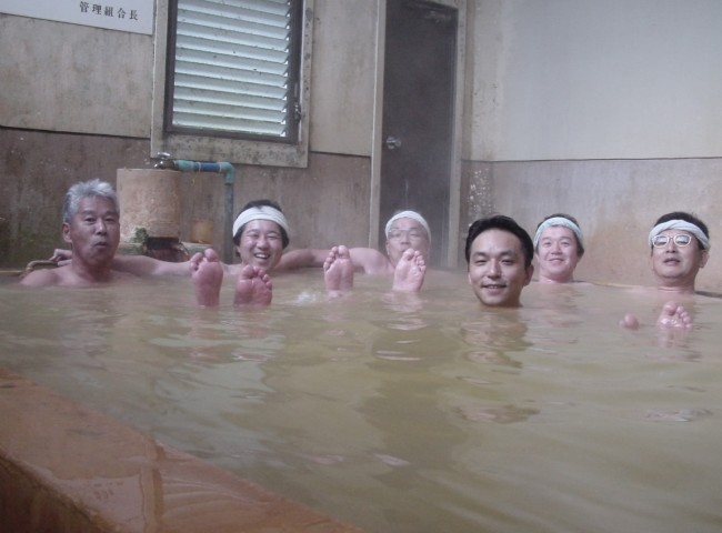 大きな浴槽で炭酸泉を堪能