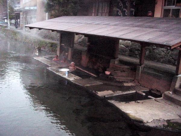 満願寺川のなかにある混浴露天風呂、横は洗濯場