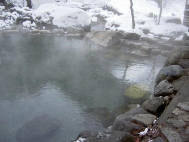 岩の間からお湯が湧いている