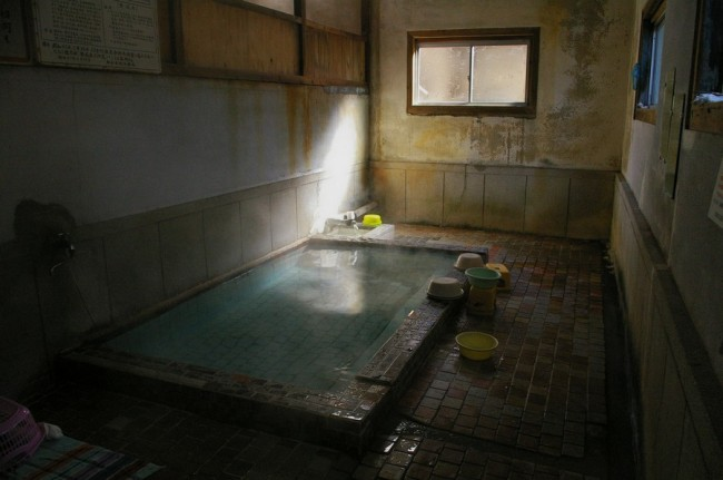 共同湯ですので特別な施設はありません、扉を開けるといきなり浴槽です