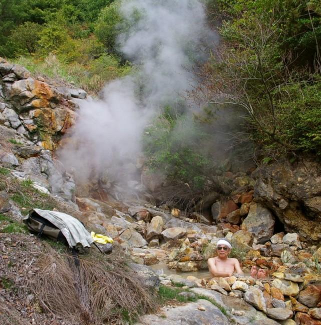 岩の間からお湯がちょろちょろ