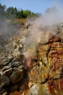 岩の間から蒸気が噴いています