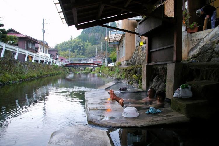川の向こうは満願寺のメインストリート