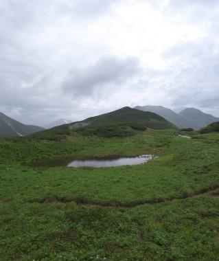 7:45 湿原の先に槍岳からの西鎌尾根