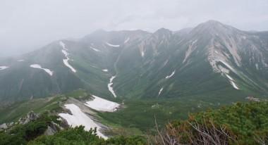 右の下に三俣山荘 左から水晶岳、鷲羽岳と続く