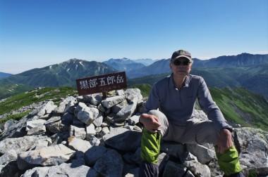 8:23 山頂に到着 薬師岳を背景に
