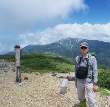 11:59 北ノ俣岳山頂 遠くに薬師岳