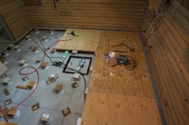 隅から床の合板を合わせながら施工